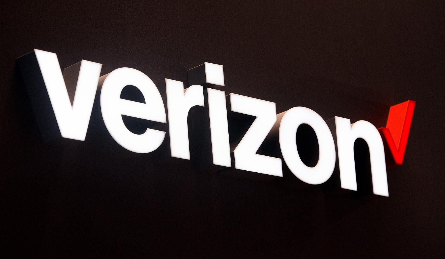 verizon logo in white