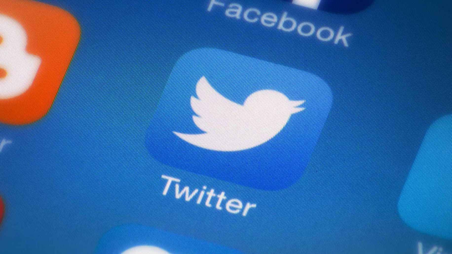 twitter logo on screen with tweetdeck