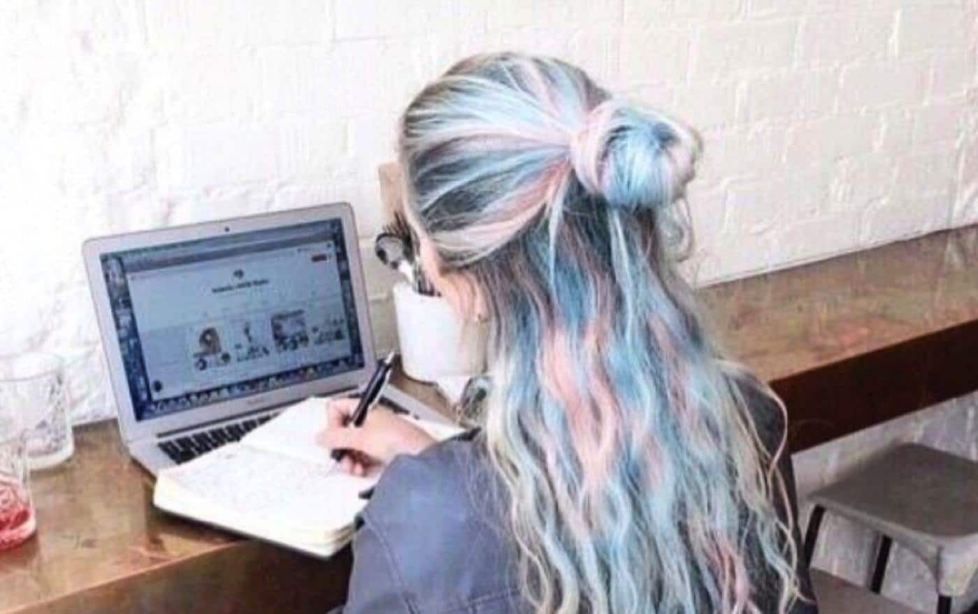 hairdresser in front of a laptop