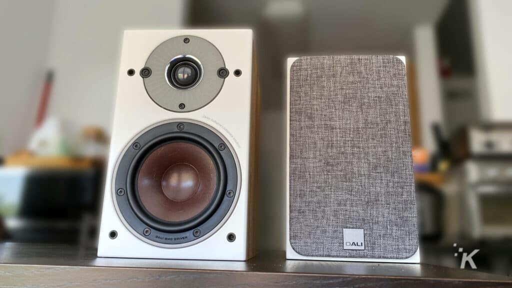 dali oberon 1c wireless speakers on table